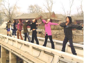dansers op brug